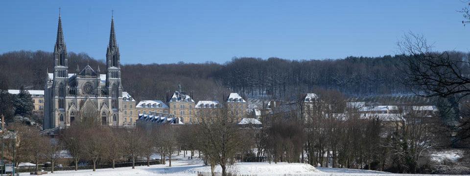 Notre-Dame de Montligeon sous la neige
