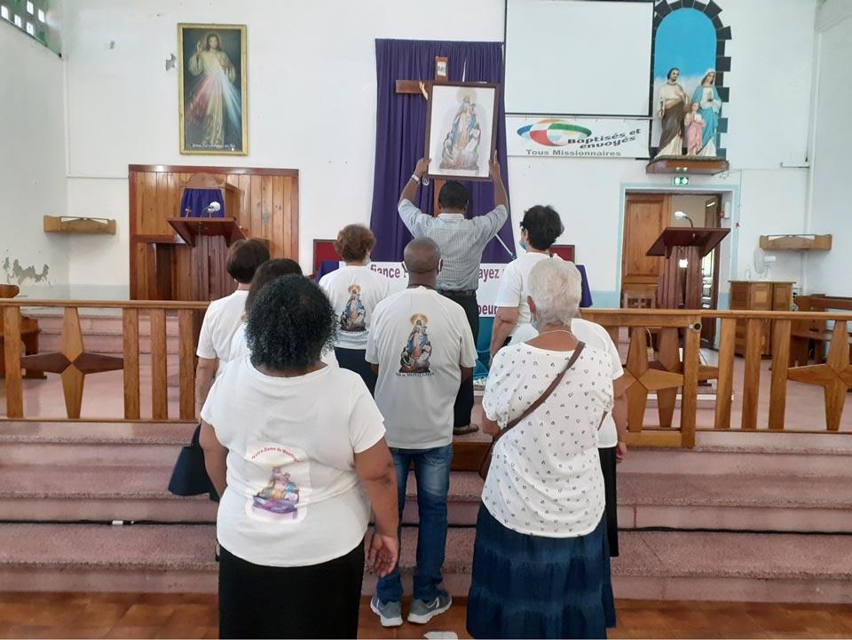 Groupe de prière Notre-Dame de Montilgeon à saint Joseph, ile de la Réunion. Tous le groupe est présent sur la photo. Avec notre curé du paroisse Qui tient le tableau. La responsable du Groupes de prière Marie Armande Grondin