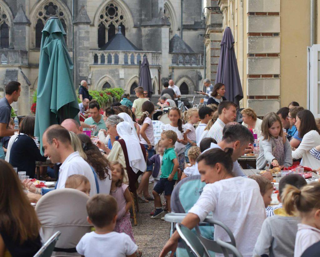 Repas sur la terrasse de l'Ermitage avec les familles